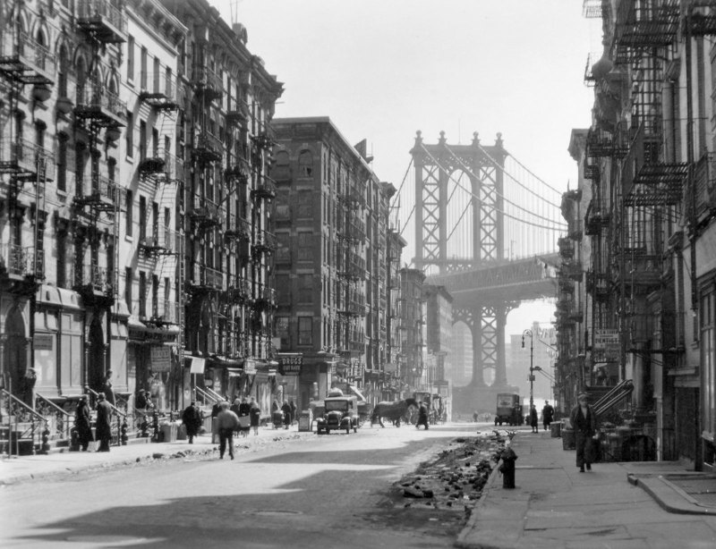 pike_and_henry_street_by_berenice_abbott_in_1936